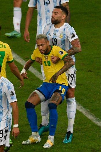 Así levantó Otamendi a Neymar