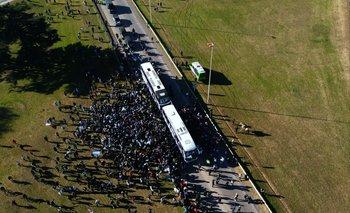 Miles de hinchas le salieron al cruce al ómnibus