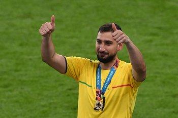 Donnarumma celebra con la medalla de campeón