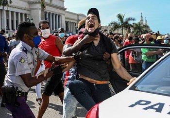 Un joven es arrestado durante manifestaciones en Cuba