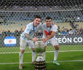Marcos Acuña junto a Lionel Messi y la Copa América