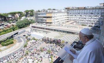 El papa Francisco dio misa desde el hospital donde permanece internado