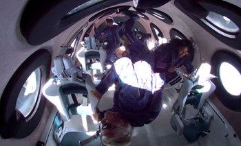Los miembros de Virgin Galactic en el primer vuelo espacial.