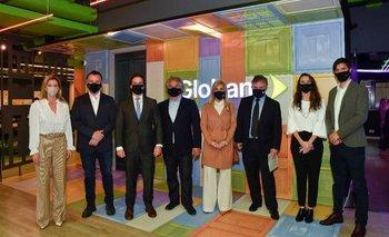 Autoridades del gobierno junto al ejecutivo de Globant.