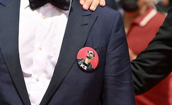 Los actores de La fiebre de Petrov lucieron pin alusivos a su director en la alfombra roja de Cannes