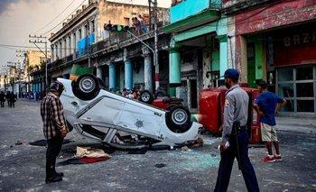 Algunos manifestantes en Cuba arremetieron contra vehículos policiales y tiendas estatales.