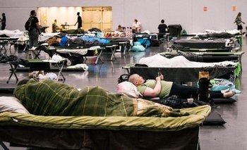 Personas afectadas por el intenso calor encuentran refugio en un centro de refrigeración en Norte América.