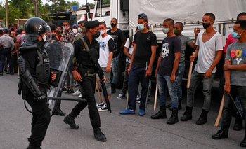 La policía antidisturbios recorriendo las calles luego de una manifestación contra el gobierno en Arroyo Naranjo, La Habana