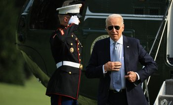 Biden se baja del helicóptero cuando regresa a la Casa Blanca, luego de su visita a Filadelfia donde habó del derecho al voto