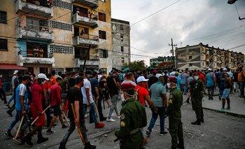 Los cubanos participan en una manifestación en apoyo al gobierno en el municipio de Arroyo Naranjo, La Habana el 12 de julio