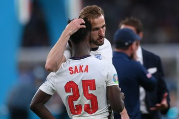 Bukayo Saka es contenido por Harry Kane tras fallar el penal.