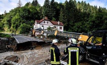 Bomberos salieron al rescate y a reparar los daños por las inundaciones en Schuld, Alemania