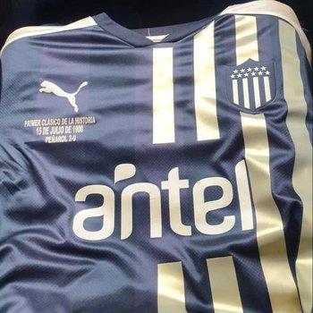 La camiseta que utilizó Peñarol en el pasado clásico