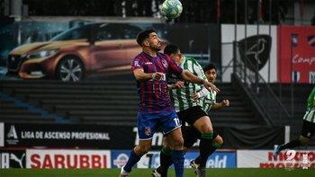 Mauricio Alonso de Central Español en acción ante Racing