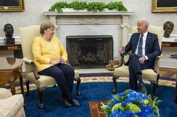 A la izquierda la canciller alemana, Angela Merkel.  A la derecha el presidente estadounidense, Joe Biden