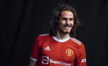 Edinson Cavani con la nueva camiseta de Manchester United