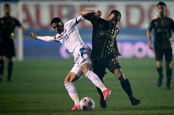 En la cancha, Peñarol eliminó a Nacional de la Sudamericana