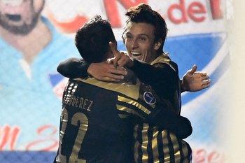 Agustín Canobbio celebra junto a Joaquín Piquerez su golazo ante Nacional