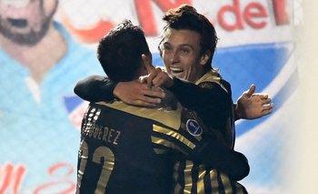 El festejo de Agustín Canobbio junto a Joaquín Piquerez tras el 1-0 a Nacional