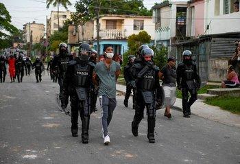 Joven detenido durante las protestas en Cuba
