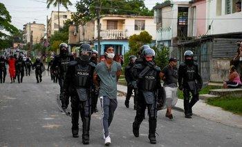 Miles de cubanos salieron a las calles a protestar contra el gobierno
