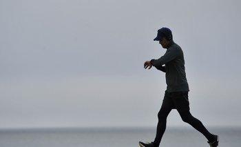Un hombre realiza ejercicio en la rambla de Montevideo
