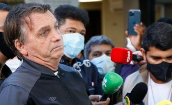 El presidente de Brasil, Jair Bolsonaro, habla con la prensa en la puerta de hospital de San Pablo tras recibir alta médica