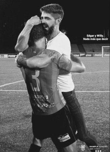 El abrazo entre Edgar y Williams Martínez con la camiseta de Rampla