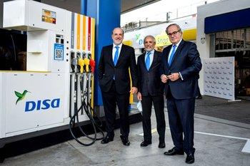 El CEO del Grupo DISA, José Carceller, junto al CEO de DISA Uruguay, Arístides Bonilla y el presidente del Grupo DISA, Demetrio Carceller Arce