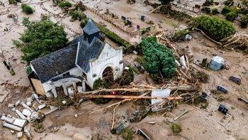 Una vista aérea tomada con un dron muestra un cementerio después de las inundaciones en Bad Neuenahr-Ahrweiler, Alemania