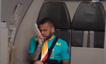 Dani Alves hizo de azafata en pleno vuelo a Tokio