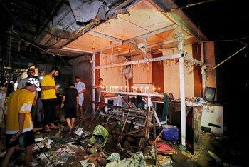 Iraquíes prendieron velas en el lugar de la explosión en homenaje a los muertos