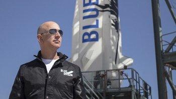 Jeff Bezos frente a un cohete de Blue Origin