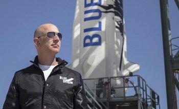 Jeffrey Bezos frente al cohete de Blue Origin