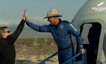 Jeff Bezos (derecha) celebrando después de salir de la cápsula reutilizable New Shepard de Blue Origin que regresó del espacio y aterrizó de manera segura el 20 de julio de 2021 en Van Horn, Texas.