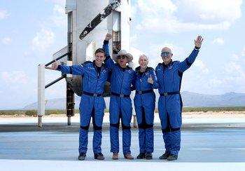 El equipo New Shepard de Blue Origin (L-R) Oliver Daemen, Jeff Bezos, Wally Funk y Mark Bezos posan para una foto después de volar al espacio en el Blue Origin New Shepard.