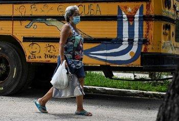 Ciudadana cubana caminando por las calles de La Habana