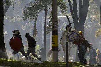 Manifestantes chocan con la policía durante una protesta contra el gobierno del presidente colombiano Iván Duque en Bogotá, este martes