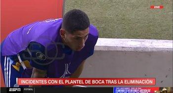 Jugador de Boca sufriendo el gas lacrimógeno