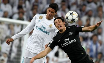 Edinson Cavani cuando enfrentó a Raphael Varane con Paris Saint Germain contra Real Madrid