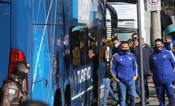 Funcionarios de Boca a punto de abordar el bus