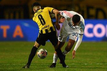 Pablo Ceppelini se la sacó así a Cantera que lo bajó y vio amarilla