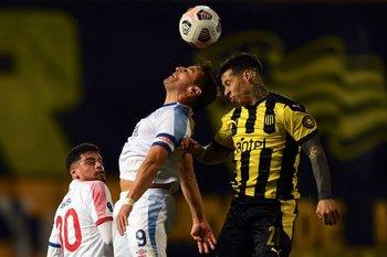 Gonzalo Bergessio peleando un balón largo con Jesús Trindade
