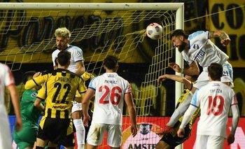 Corujo le ganó a todos de cabeza y convirtió el 1-0 que no le alcanzó a Nacional