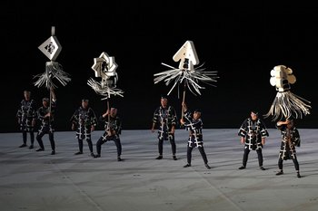 Artistas realizando una performance