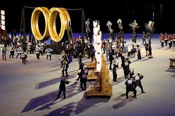 Artistas actúan durante la ceremonia inaugural de los Juegos