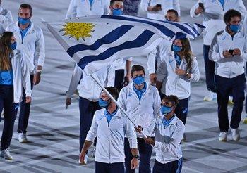 Deborah Rodríguez y Bruno Cetraro con la bandera uruguaya