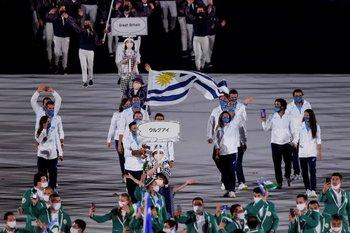 Representantes de la delegación uruguaya desfilan durante la ceremonia inaugural