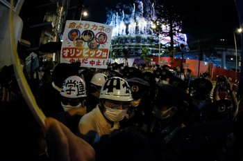 Manifestantes en las afueras del estadio de Tokio