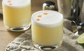 El pisco sour es un famoso cóctel hecho en base a pisco y limón, entre otros ingredientes